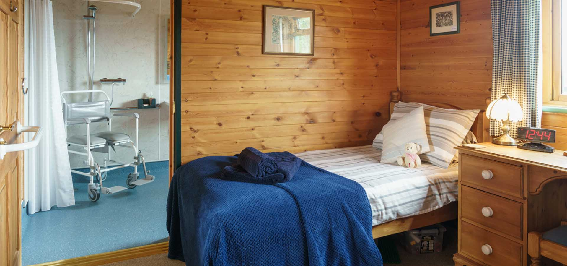Accessible twin bedroom with ensuite shower